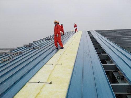 kiểm tra mái nhà xưởng - một việc cần làm trong quá trình làm sạch và bảo dưỡng nhà xưởng