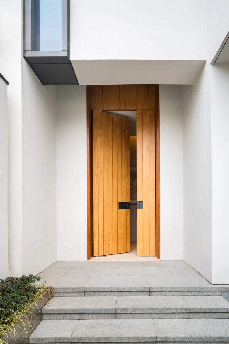 tránh thiết kế cửa quá cao hoặc quá thấp