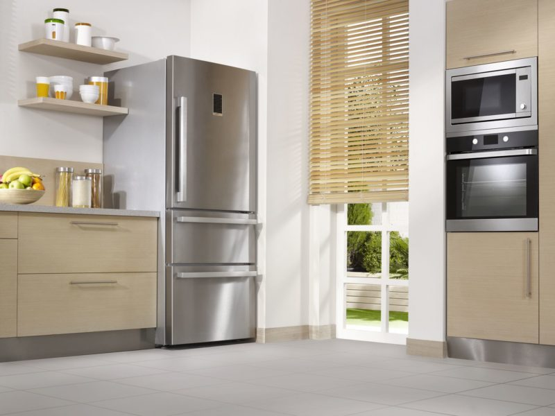 tránh đạt tủ lạnh cạnh cửa ra vào